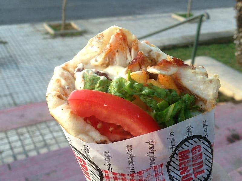 Spis pita med gyros i Athen.