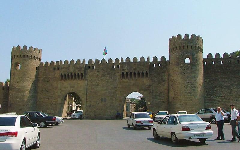 Bymuren med dobbeltporte i Baku.