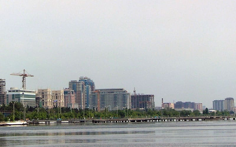 Byggeri ved havnefronten til Det Kaspiske Hav i Baku