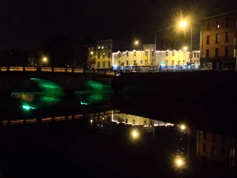 Floden Liffey en aften i Dublin
