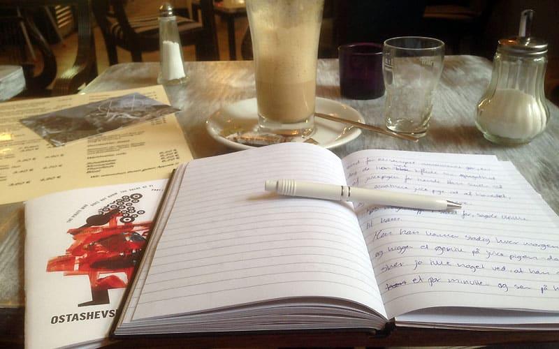 Hold pauser på en café