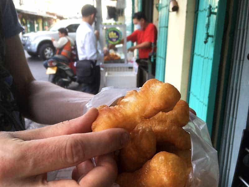 Thai donuts som street food i Bangkok