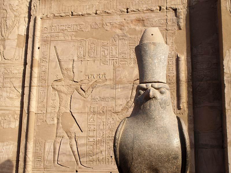 Statue af Horus i Horus-templet i Edfu
