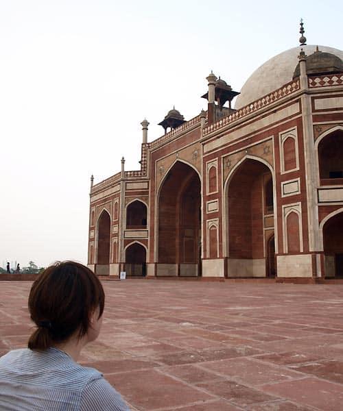 Maria Erica Jensen ved tempel i New Delhi