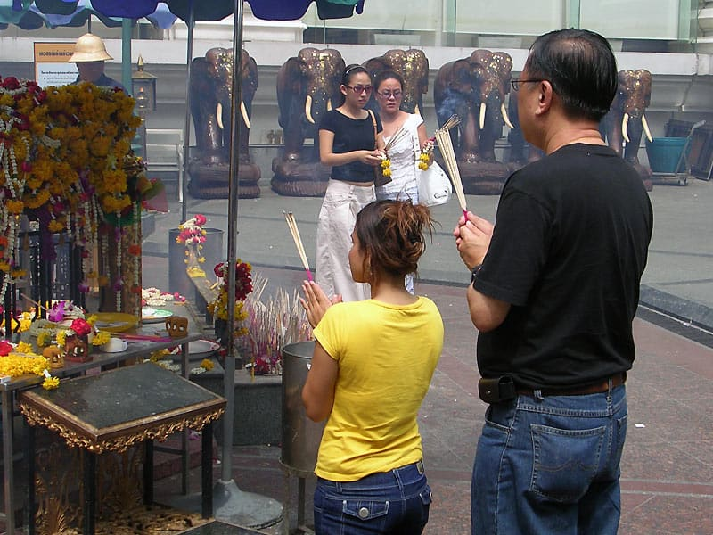 Erawan Shrine i Bangkok - Globetrotters