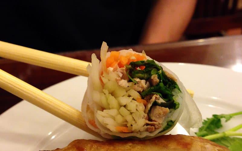 Street food frisk forårsrulle i Vietnam
