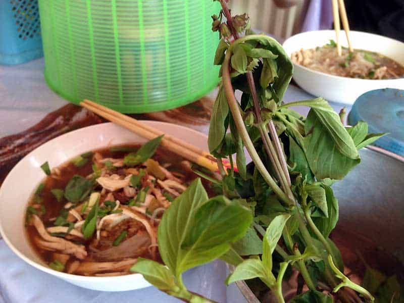 Nudelsuppe som street food i Bangkok