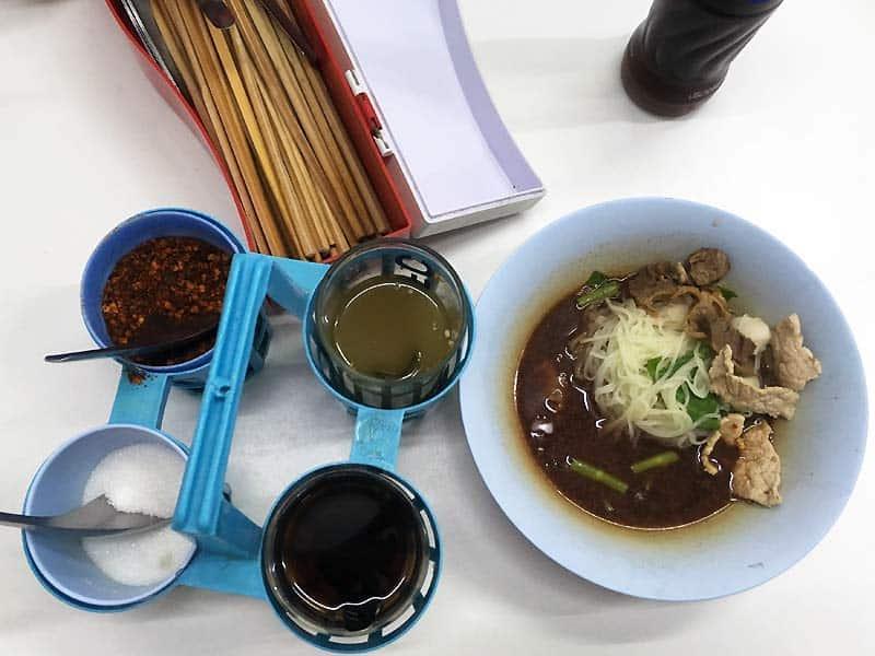 Bestik ved street food sted i Bangkok