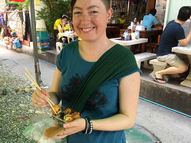 Maria spiser street food i Bangkok