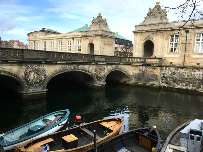 Marmorbroen ved Christiansborg i København - du kan se den på en forårstur i Købanhavn