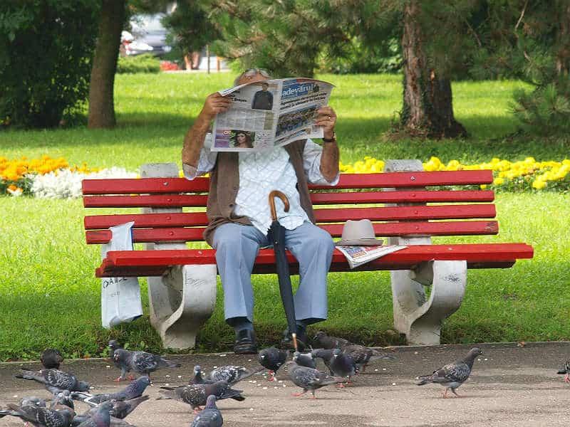 Mand læser avis i Brasov i Østeuropa