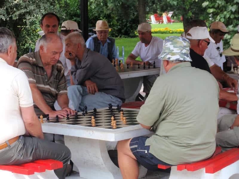 Der spilles skak i byen Brasov i Østeuropa