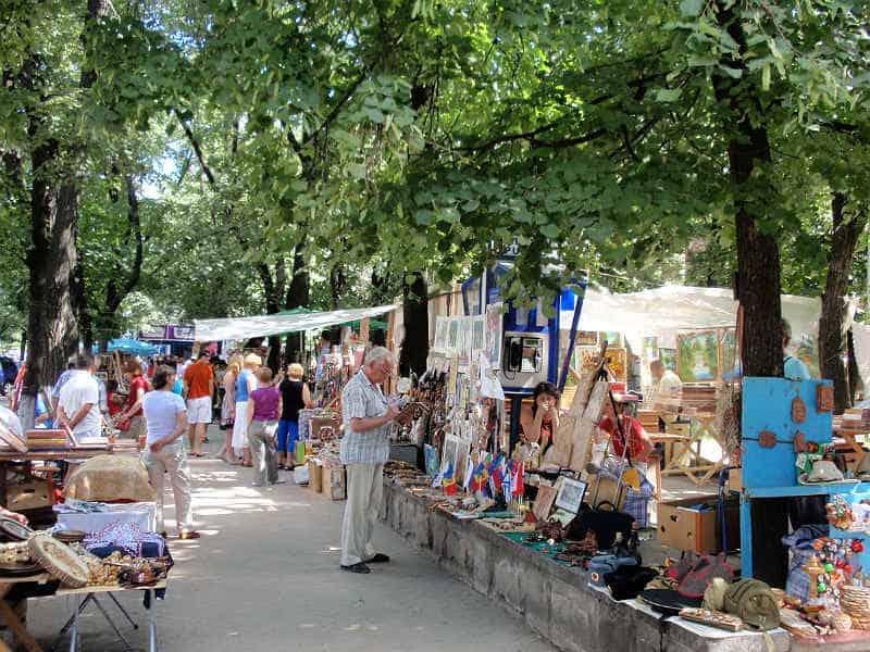 Træer og marked i Chisinau i Moldova