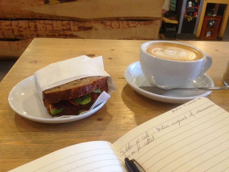 Jeg arbejder lidt på Osloer Kaffebar i Berlin