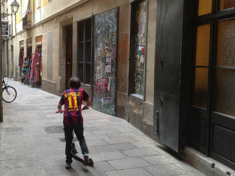 Dreng på løbehjul i Barcelonas middelaldergader