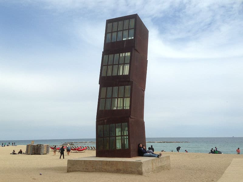 Skulpturen The Wounded Shooting Star på stranden i Barcelona