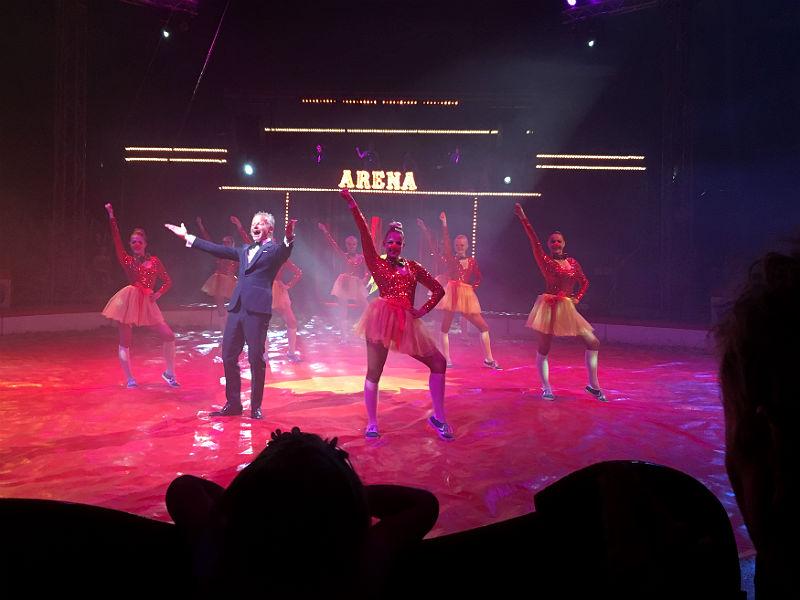 Bubber og dansere i Cirkus Arena