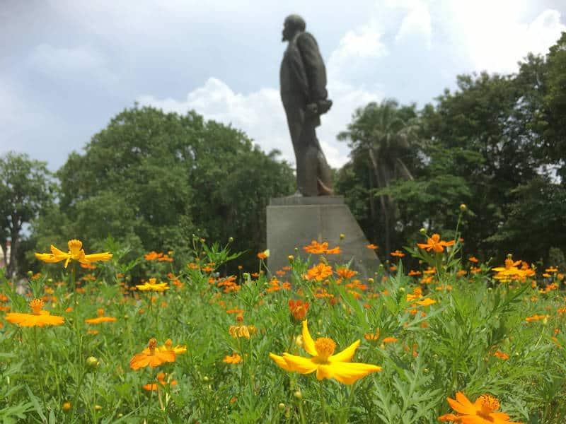 Blomster ved statuen af Lenin i Hanoi - slow travel i Hanoi