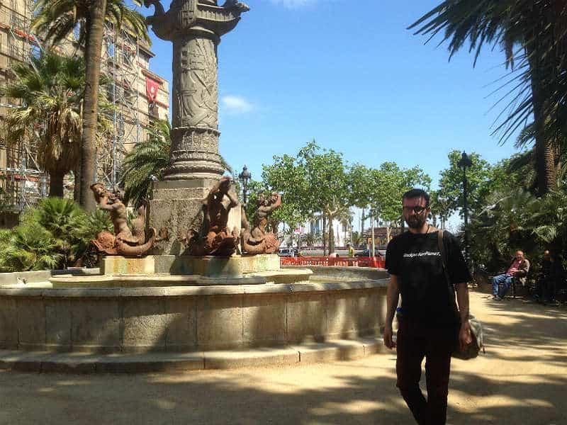 Kenneth Karl Nielsen går rundt i Barcelona