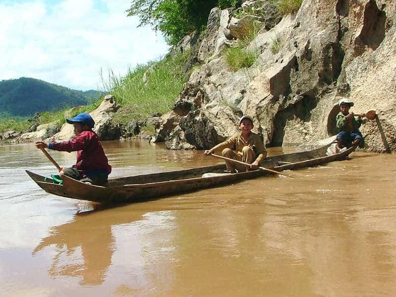 Børn i båd på Mekong-floden i Laos - Globetrotters.dk