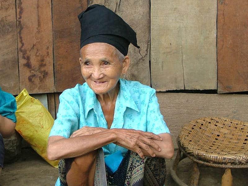 Gammel dame i Laos - Globetrotters.dk
