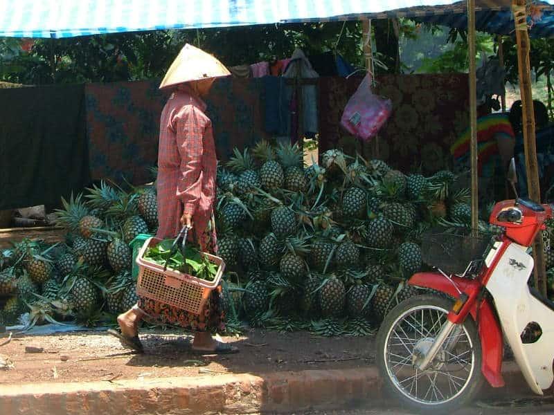 Handlende på gaden i Luang Prabang i Laos