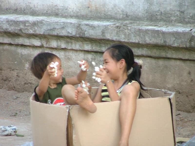 Børn leger på gaden i Laos