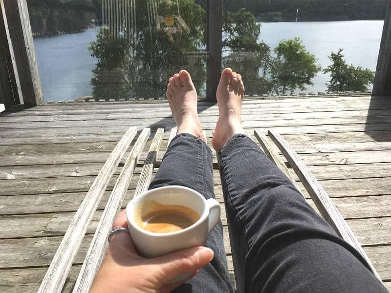 Kaffehygge på vores terrasse på Vann Spa - Globetrotters.dk