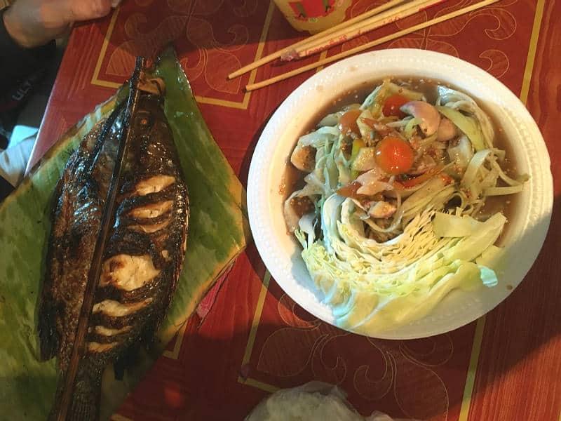 Grillet fisk og papayasalat er god street food i Luang Prabang - Globetrotters.dk