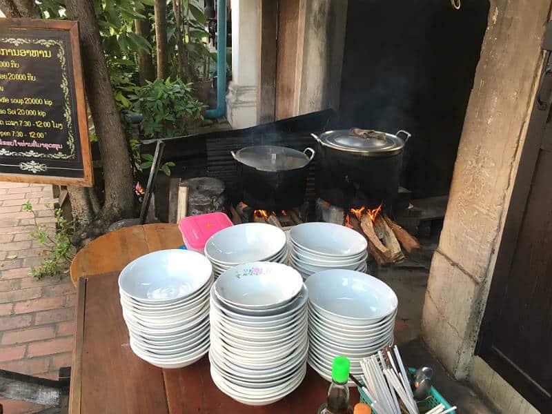 Gadekøkken med street food i Luang Prabang i Laos - Globetrotters.dk