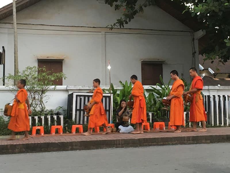 Morgen og munke i Luang Prabang