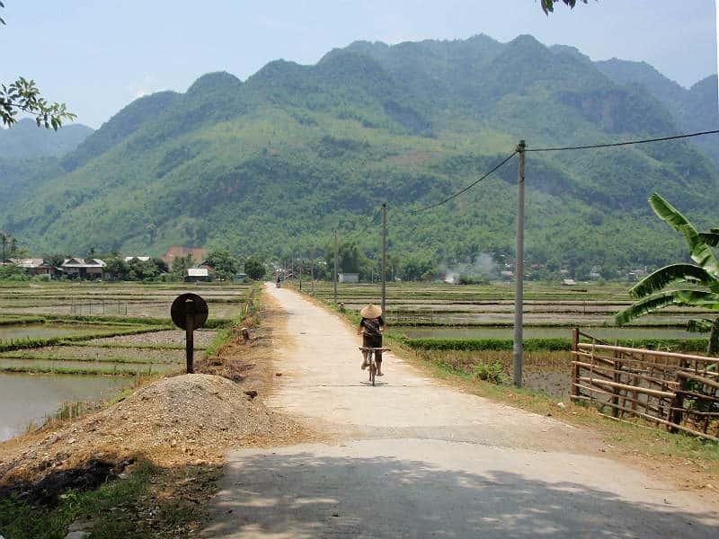 Lokal på cykel i Mai Chau i Vietnam