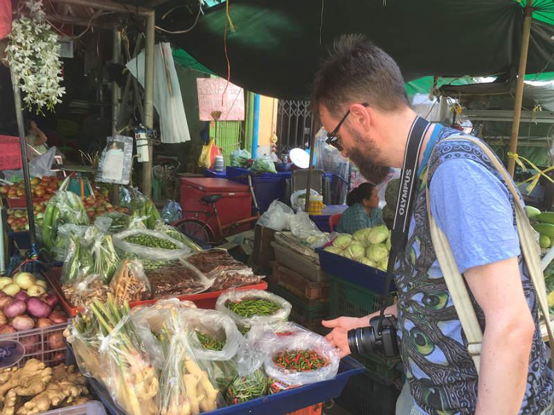 Kenneth Karl Nielsen på Pak Klong Talads grøntsags- og blomstermarked i Bangkok
