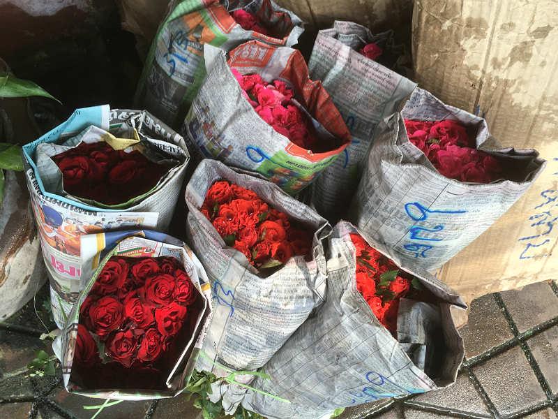 Røde roser til salg på blomstermarked i Bangkok