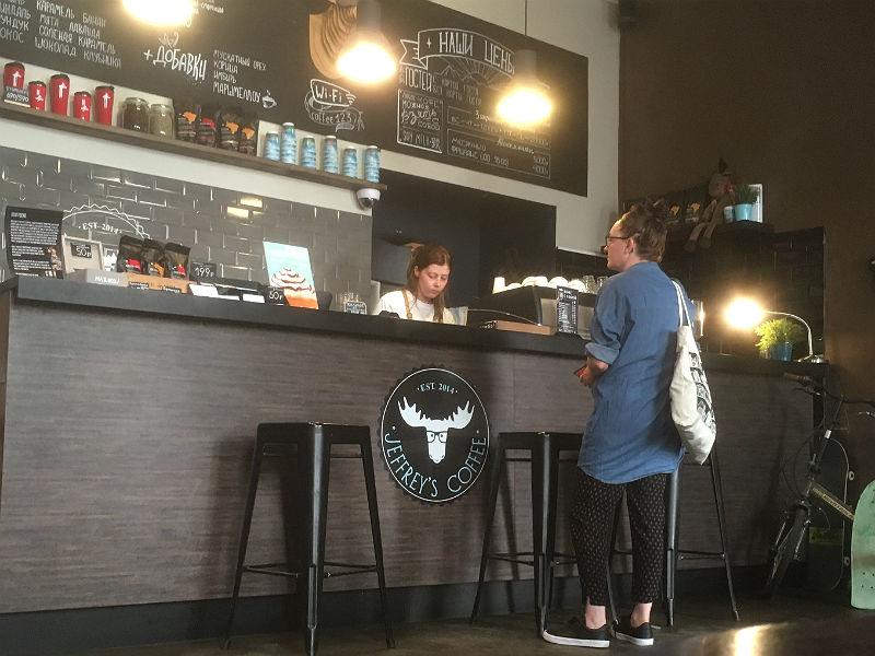 Maria Erica Jensen på kaffebar i Moskva