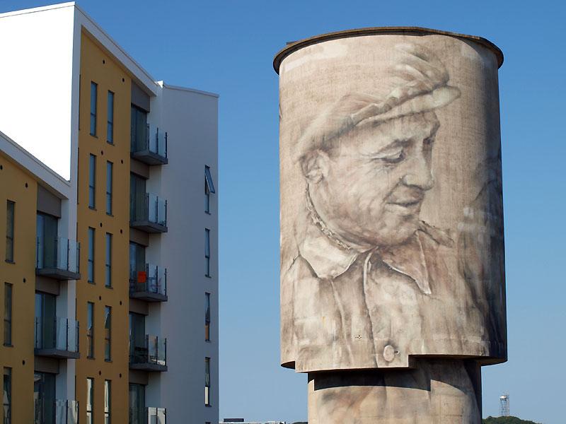 Arbejder-steet art af Guido van Helten på Eternitten i Aalborg