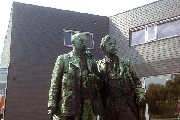 Statue af Michael Ancher og P.S. Krøyer ved Skagens Museum