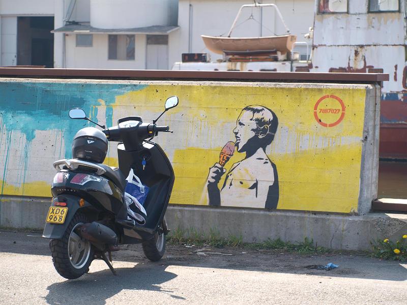 Scooter og street art på havnen i Horsens