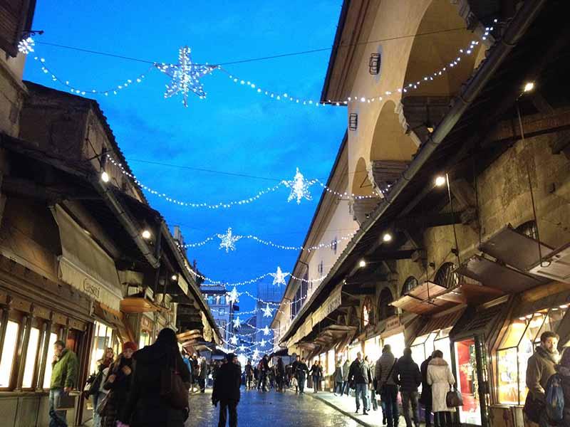Julepynt på broen Ponte Vecchio i Firenze