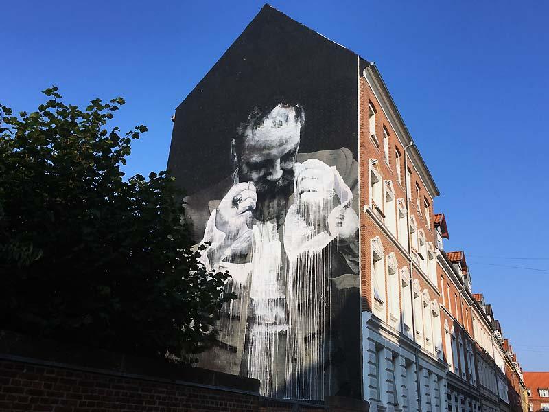 Street art af Conor Harrington i Helgolandsgade i Aalborg
