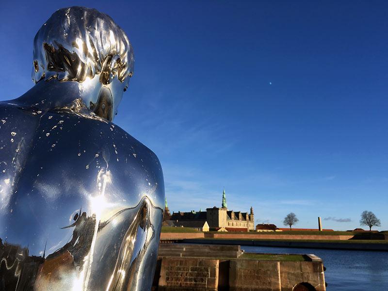 Statuen Han på havnen ved Kronborg Slot i Helsingør