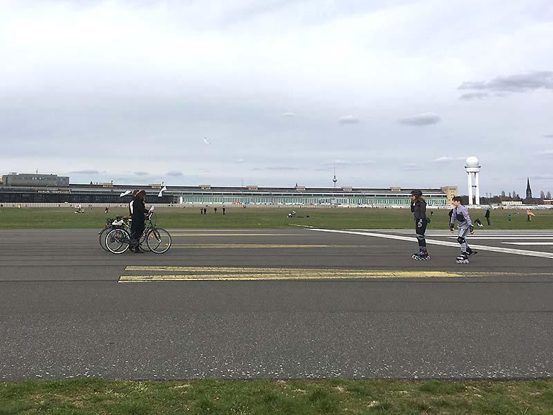 Cykler og rulleskøjter ved Tempelhof-parken i Berlin