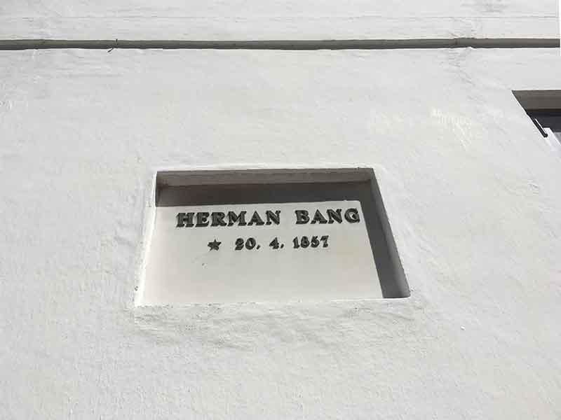 Herman Bangs navn på præstegårdsvæggen i Asserballe