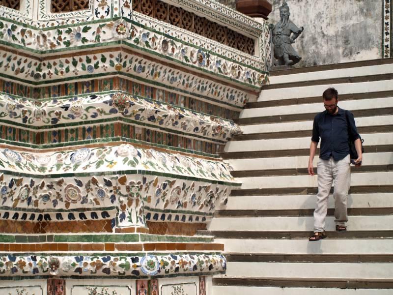 Kenneth på Wat Aruns stejle trapper